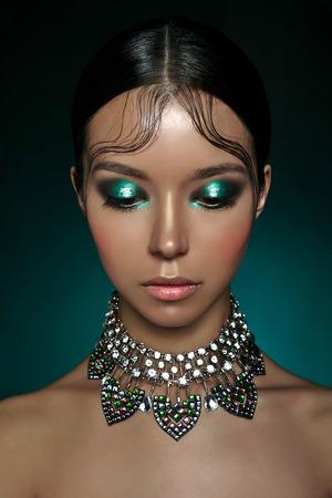 ダイヤモンドのネックレスを持つ美しいアジアの女性のファッションのスタジオ ポートレート。ファッションと美容。完璧なメイク 写真素材