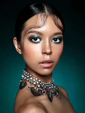 다이아몬드 목걸이와 함께 아름 다운 아시아 여자의 패션 스튜디오 초상화. 패션과 뷰티. 완벽한 메이크업 스톡 콘텐츠