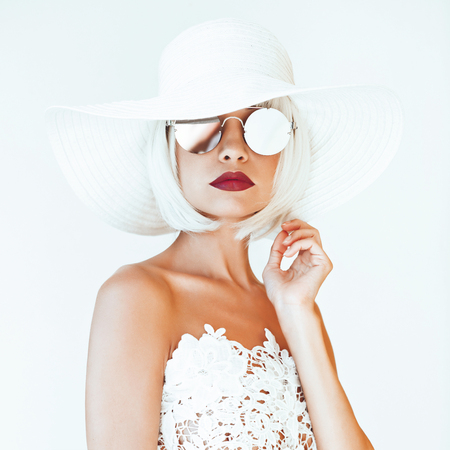 Fotografia di moda all'aperto di giovane bella signora in cappello e occhiali da sole. Viaggi di estate Beach. Vibrazioni estive Archivio Fotografico - 84013881