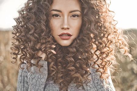 若い美しい女性の屋外大気ライフ スタイル写真。茶色の髪と瞳。暖かい秋。秋の感じです。柔らかさ、暖かさと快適さ