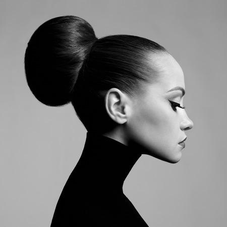 黒と白のファッション アートのスタジオは、黒のタートルネックで美しいエレガントな女性のポートレート。 髪は、ハイビームに収集されます。