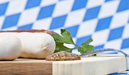 weisswurst: Weisswurst mit Senf auf Brotzeitbrett Stock Photo
