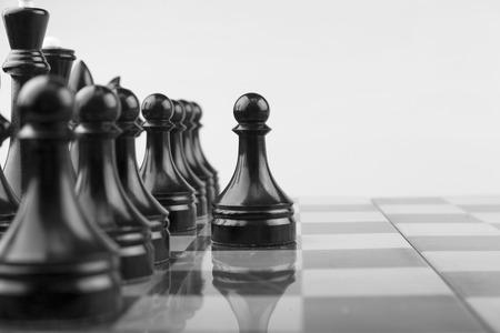 Het schaakbord zwarte pionnen atack Stockfoto
