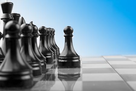 Atak czarnych pionków szachownicy, gra logiczna o taktyce i strategii.