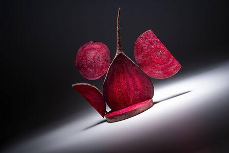 Naturalna kompozycja warzyw czerwonych buraków, witaminy wegańskie wolumetryczne światło wolumetryczne z przodu. Zdjęcie Seryjne