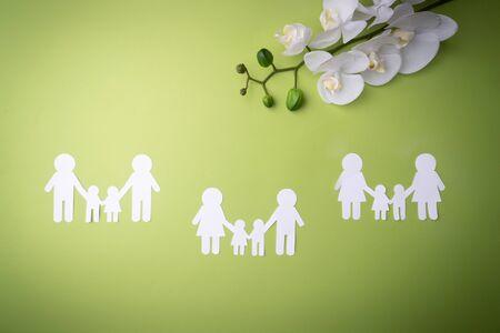 Family symbol cut out of white paper. Zdjęcie Seryjne - 130954620