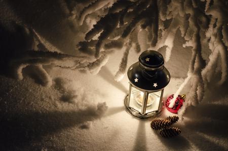 lampara magica: l�mpara m�gica con velas, conos y bolas de Navidad