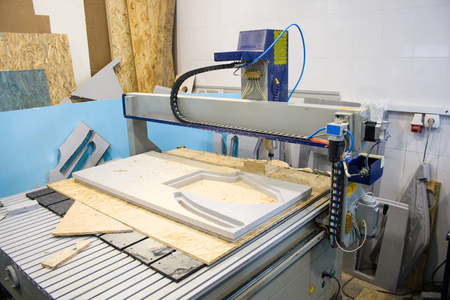 CNC ルーター マシンは、住宅の複合体のレイアウトを作成します。 報道画像