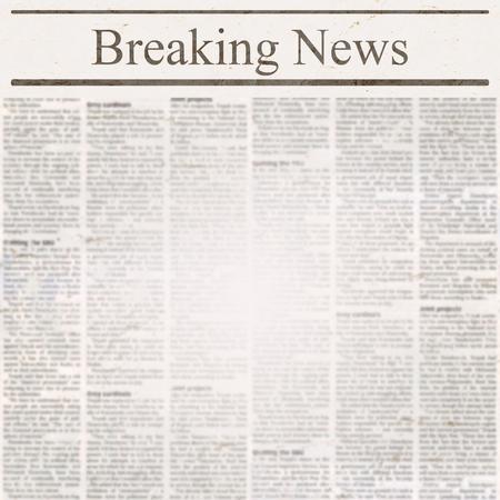 Periódico con título de Breaking News y texto antiguo ilegible. Fondo cuadrado de textura de papel borrosa grunge vintage. Página de plantilla con textura. Collage blanco beige gris. Espacio para texto. Foto de archivo