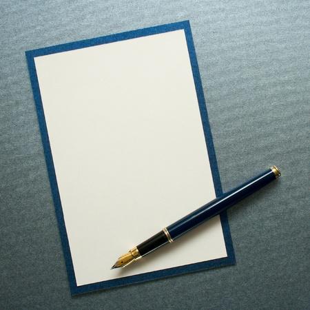 Tinta la pluma en la tarjeta de papel