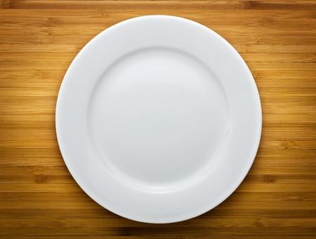 plato de comida: Placa en el fondo de madera