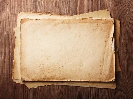 Stapel oude kranten op een houten tafel Stockfoto