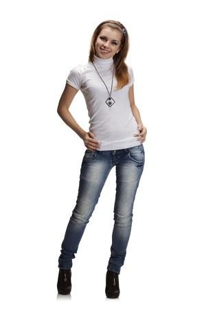 Retrato de cuerpo entero de la hermosa chica en vaqueros y camiseta blanca Foto de archivo