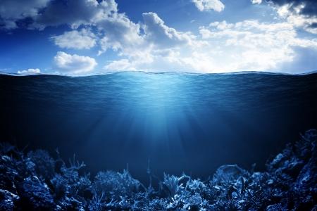 Sky, waterlijn en onderwater achtergrond