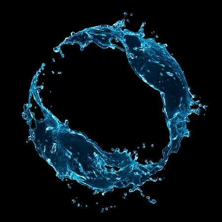 Stijlvolle water splash. Geà ¯ soleerd op zwarte achtergrond