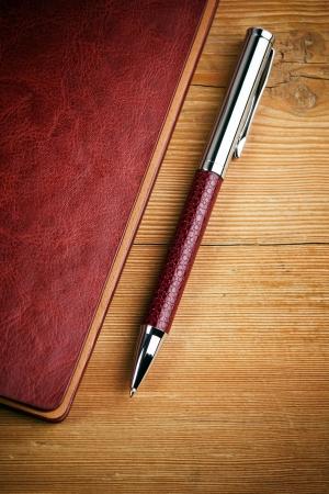 notebook en pen op hout achtergrond