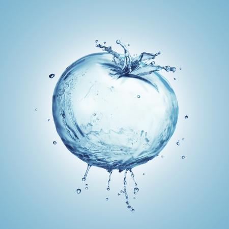 Tomaat uit het water spatten op een blauwe achtergrond