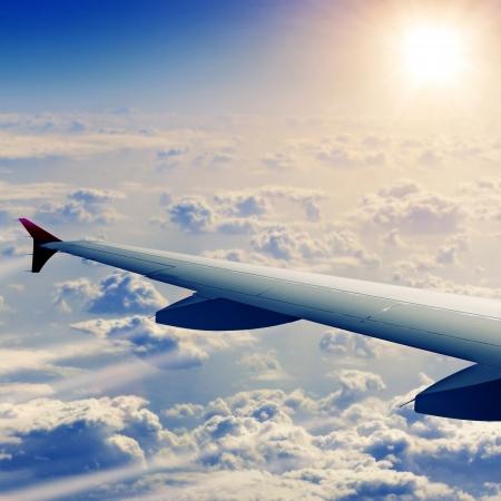 Vleugel van vliegtuig uit raam Stockfoto