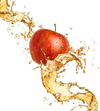 appel water: Splash sap met appel geïsoleerd op wit