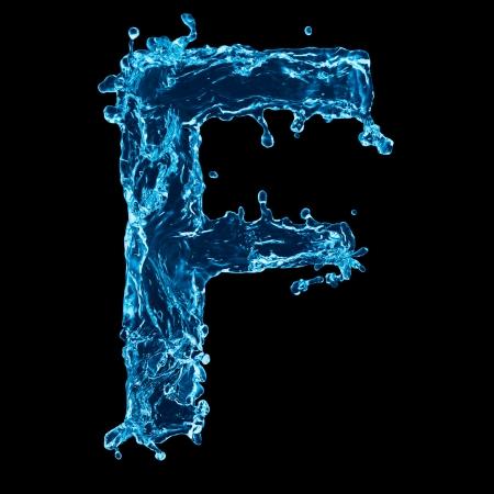 agua liquida carta: Una letra del alfabeto de agua sobre fondo negro