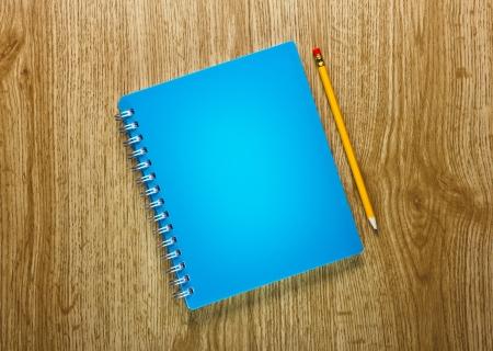r image: l?pices y el cuaderno sobre un fondo de madera
