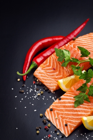 Fresh salmon on black plate 免版税图像