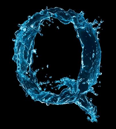 letter liquid water: Una letra del alfabeto de agua sobre fondo negro