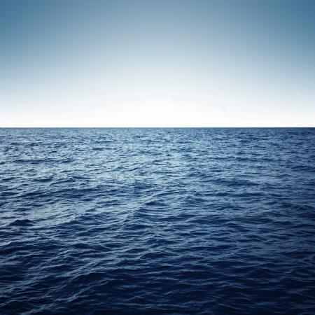 olas de mar: Mar azul con olas y el cielo azul claro