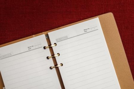 calendario escolar: Cuaderno de la cubierta de cuero en el fondo de la tela
