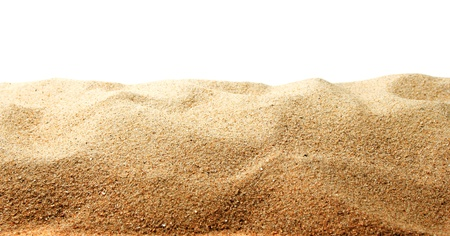 Zandduinen op witte achtergrond worden geïsoleerd die