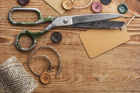 olló: Régi olló és a gombok a fából készült asztal