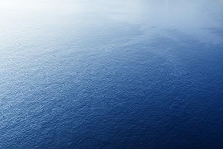青い熱帯海表面波と波紋。飛行機からの眺め