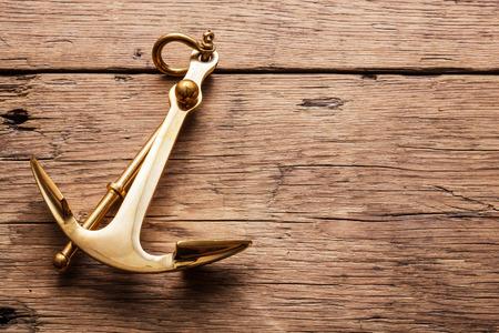 at anchor: Ancla en el fondo de madera