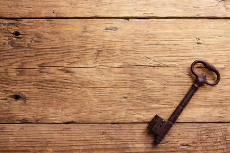 puertas de madera: Viejo clave en un fondo de madera Foto de archivo