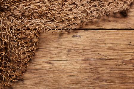 redes de pesca: Colgando Mallas en la pared de madera Foto de archivo