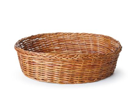 白い背景の上の空木製フルーツやパンのバスケット
