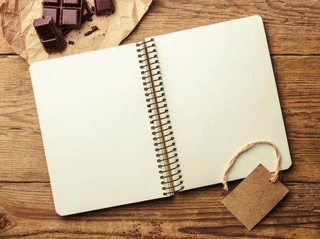 trompo de madera: Inaugurado el bloc de notas y chocolate en la mesa de madera de la vendimia. Vista superior