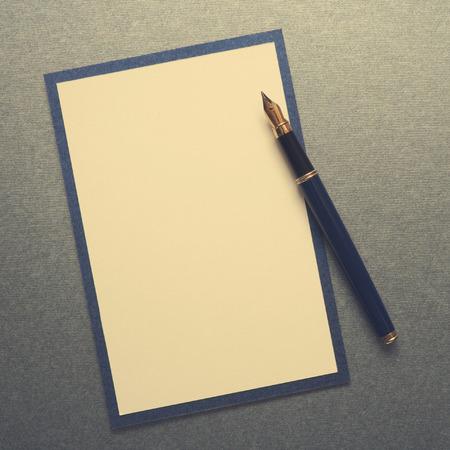 papel de notas: Nota en blanco wiih papel pluma Foto de archivo