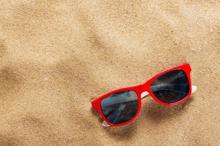 sunglasses in the sand at the beach Standard-Bild