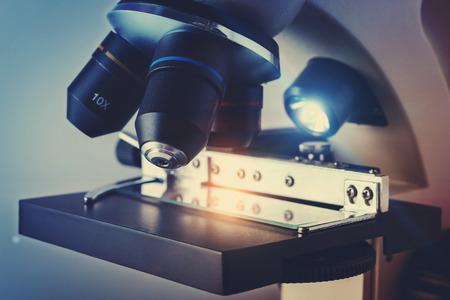 in lab: Cient�fico Microscopio Biol�gico Foto de archivo