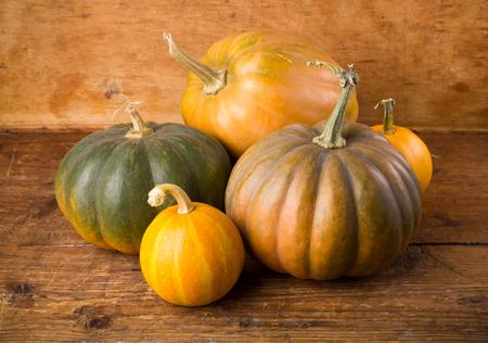 madera rústica: Autumn background with pumpkin on wooden board Foto de archivo