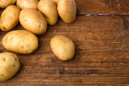 papas: Patatas sobre fondo de madera