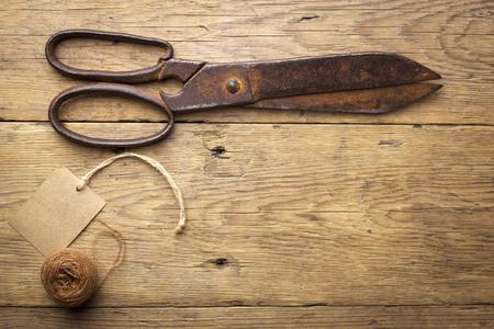 tijeras: Tijeras viejas en el fondo de madera