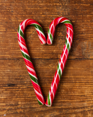 candy canes on wooden board Imagens