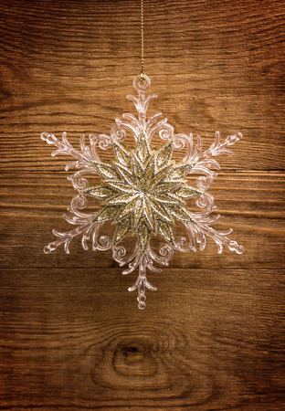 Snowflake on grunge wooden background Imagens