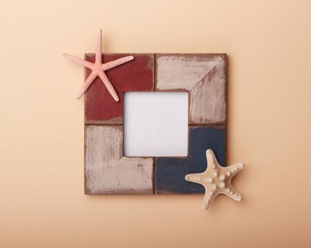 Summer frame with shell and starfish. Sea beach decoration. 免版税图像