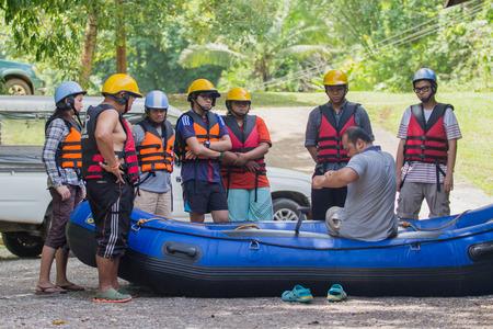 poner atencion: Phang Nga, Tailandia - de sept 10,2015: Los turistas que prestan atención para el rafting en Phang Nga, Tailandia.