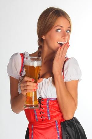 octoberfest: La chica en un traje tradicional bávaro con vasos llenos de cerveza en las manos