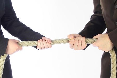 argumento: El hombre y la mujer en trajes de negocios dibujan una cuerda