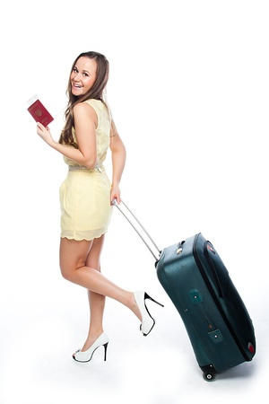 foto carnet: Foto de una chica joven y hermosa con una maleta, pasaporte y boleto aislado en el fondo blanco